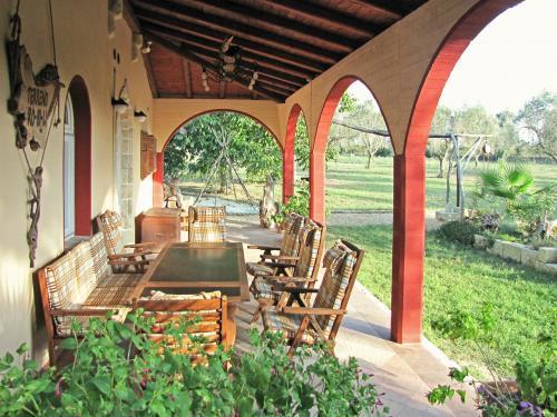 Terrasse mit großem Tisch